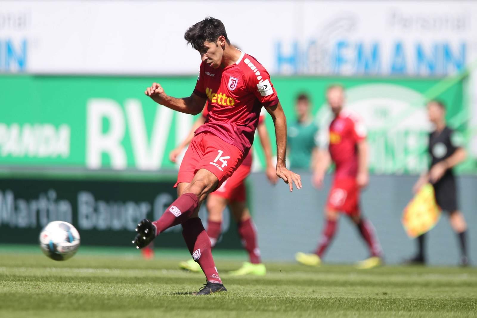 Marcel Correia passt den Ball