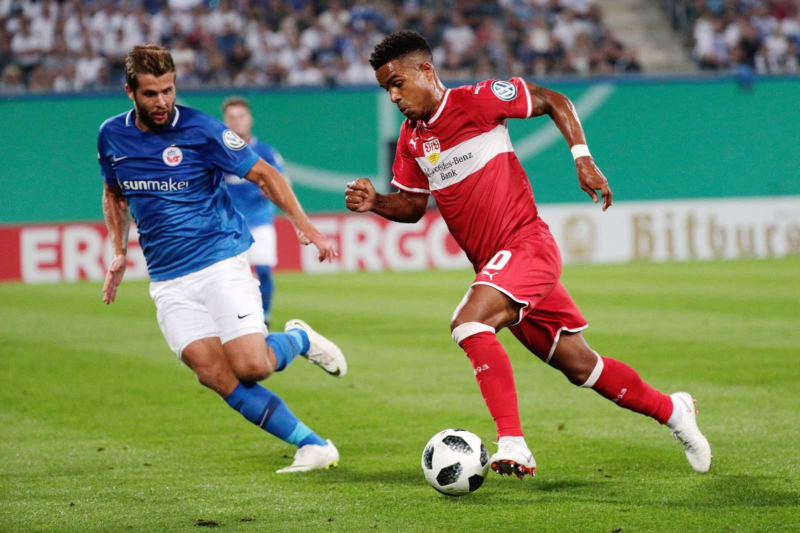 Marco Königs von Hansa Rostock gegen Daniel Didavi vom VfB Stuttgart.
