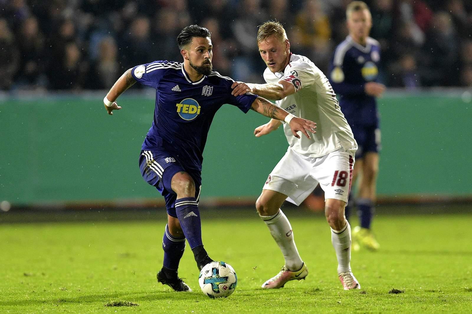 Marcos Alvarez vom VfL Osnabrück gegen Hanno Behrens vom 1. FC Nürnberg