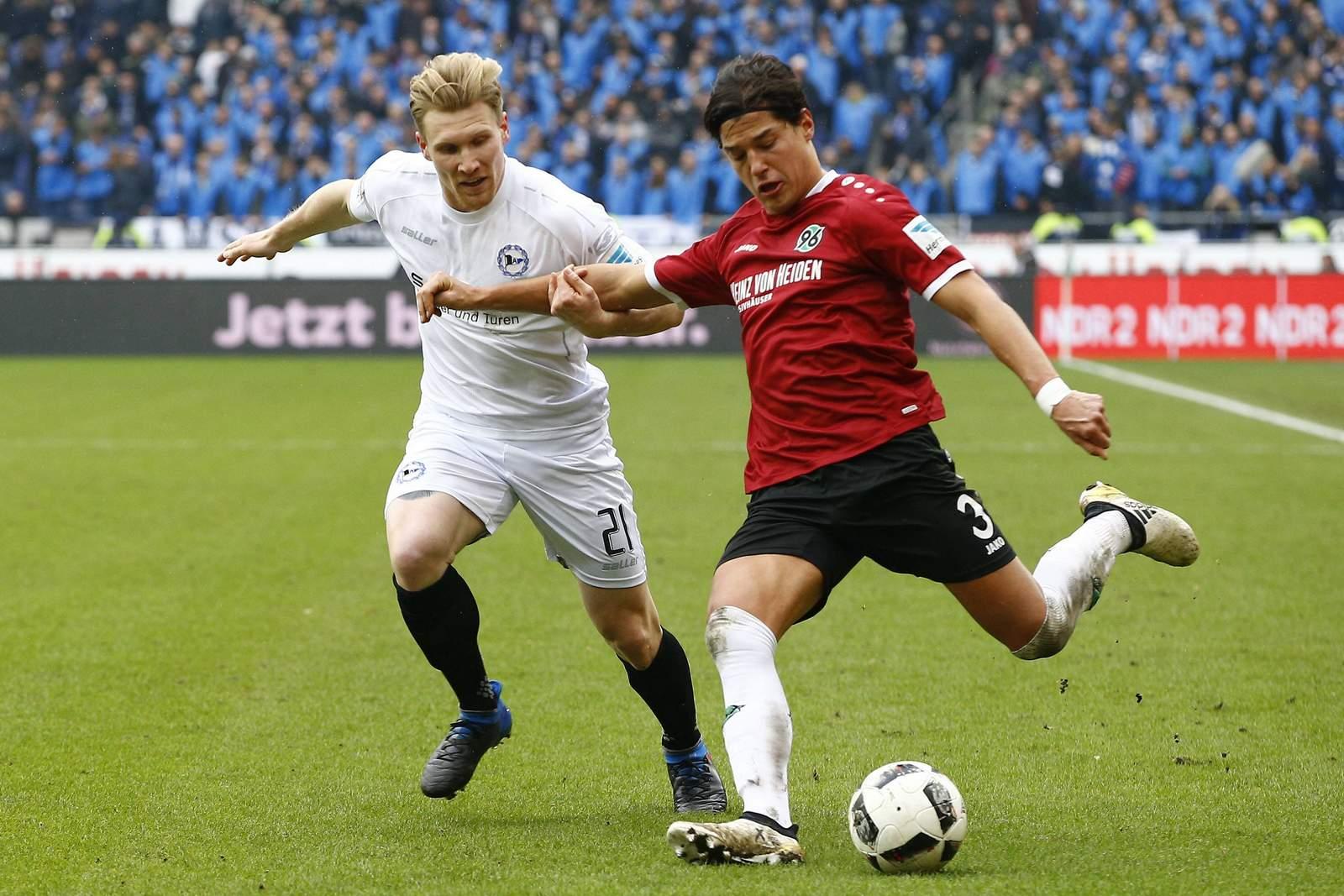 Andreas Voglsammer von Arminia Bielefeld gegen Miiko Albornoz von Hannover 96