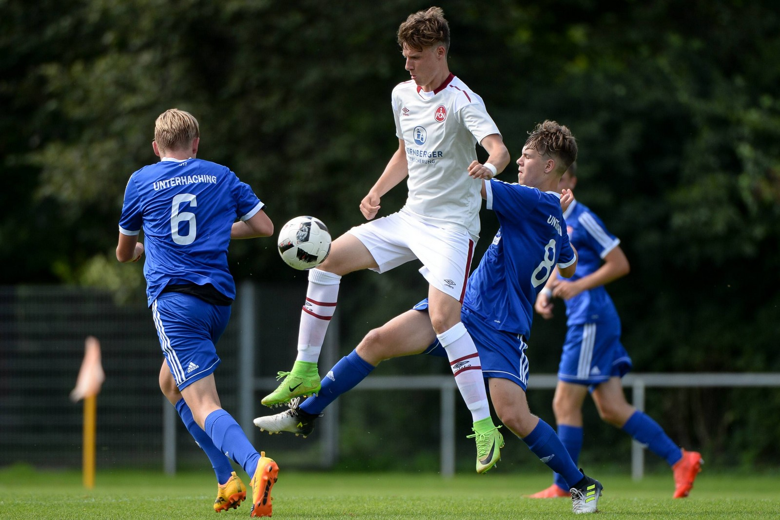 Benas Satkus (m.) im Dress der U19.