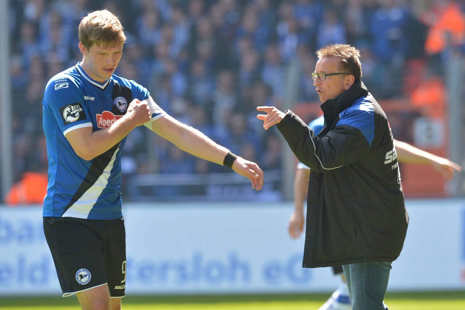 Fabian Klos und Norbert Meier bei einem Spiel von Arminia Bielefeld