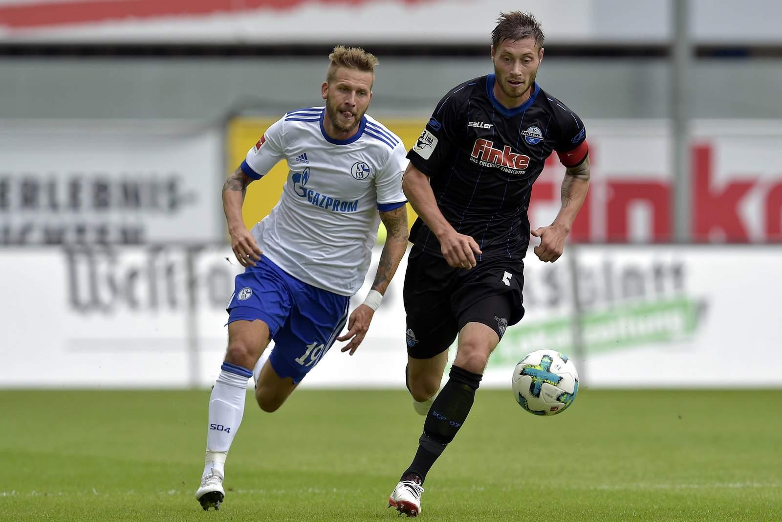 Christian Strohdiek vom SC Paderborn gegen Guido Burgstaller von Schalke