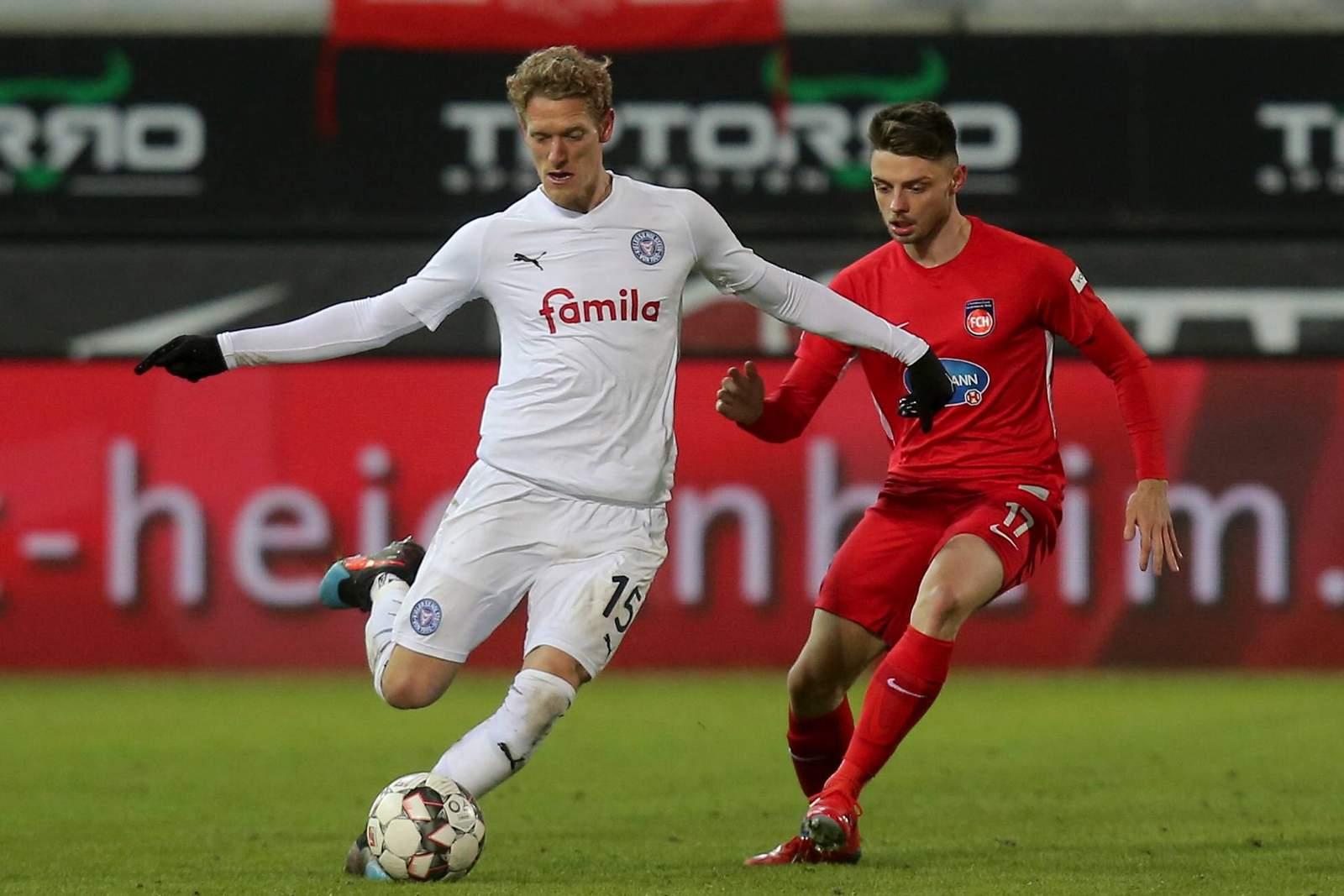 Johannes van den Bergh von Holstein Kiel gegen Maurice Multhaup vom 1. FC Heidenheim