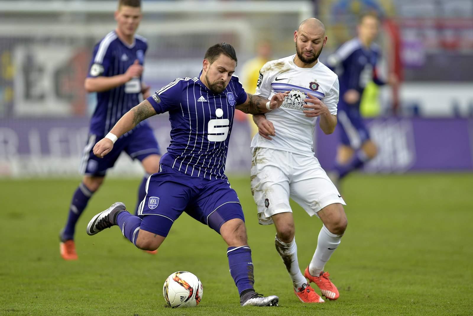 Marcos Alvarez vom VfL Osnabrück gegen Philipp Riese von Erzgebirge Aue