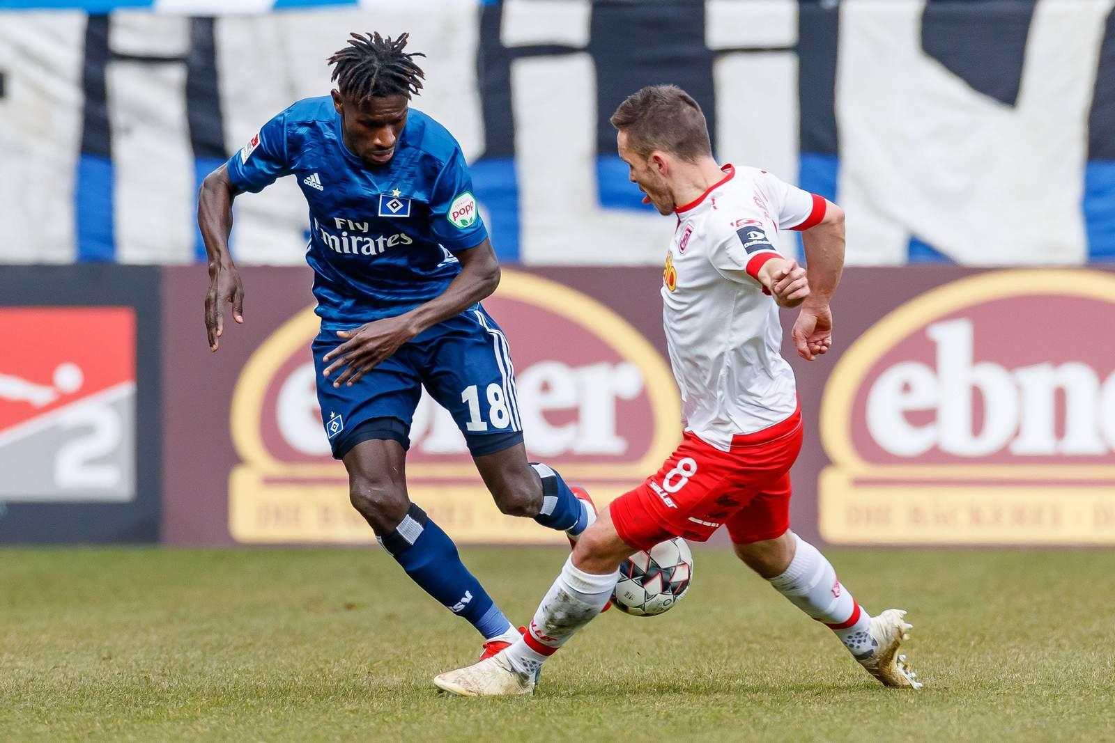 Bakery Jatta (l.) vom HSV gegen Regensburgs Andreas Geipl.