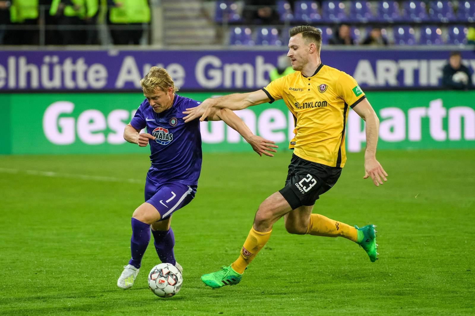 Florian Ballas (r.) gegen Aues Jan Hochscheidt.