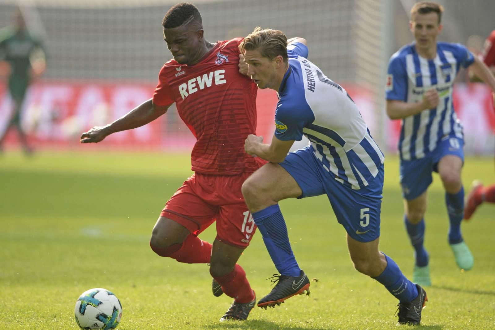 Jhon Cordoba im Zweikampf mit Niklas Stark. Jetzt auf Köln vs Hertha wetten
