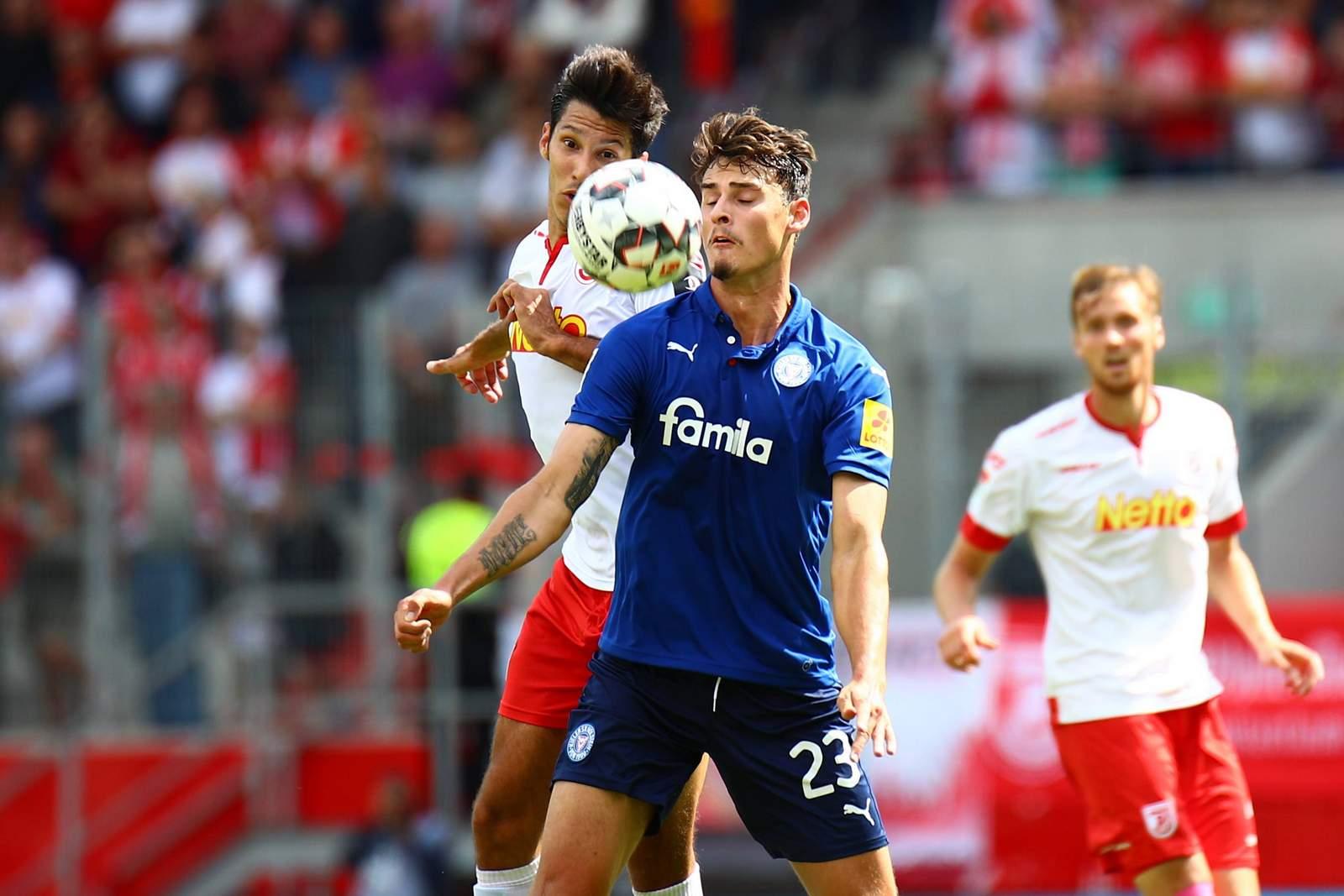 Janni Serra von Holstein Kiel gegen Regensburgs Marcel Correia.