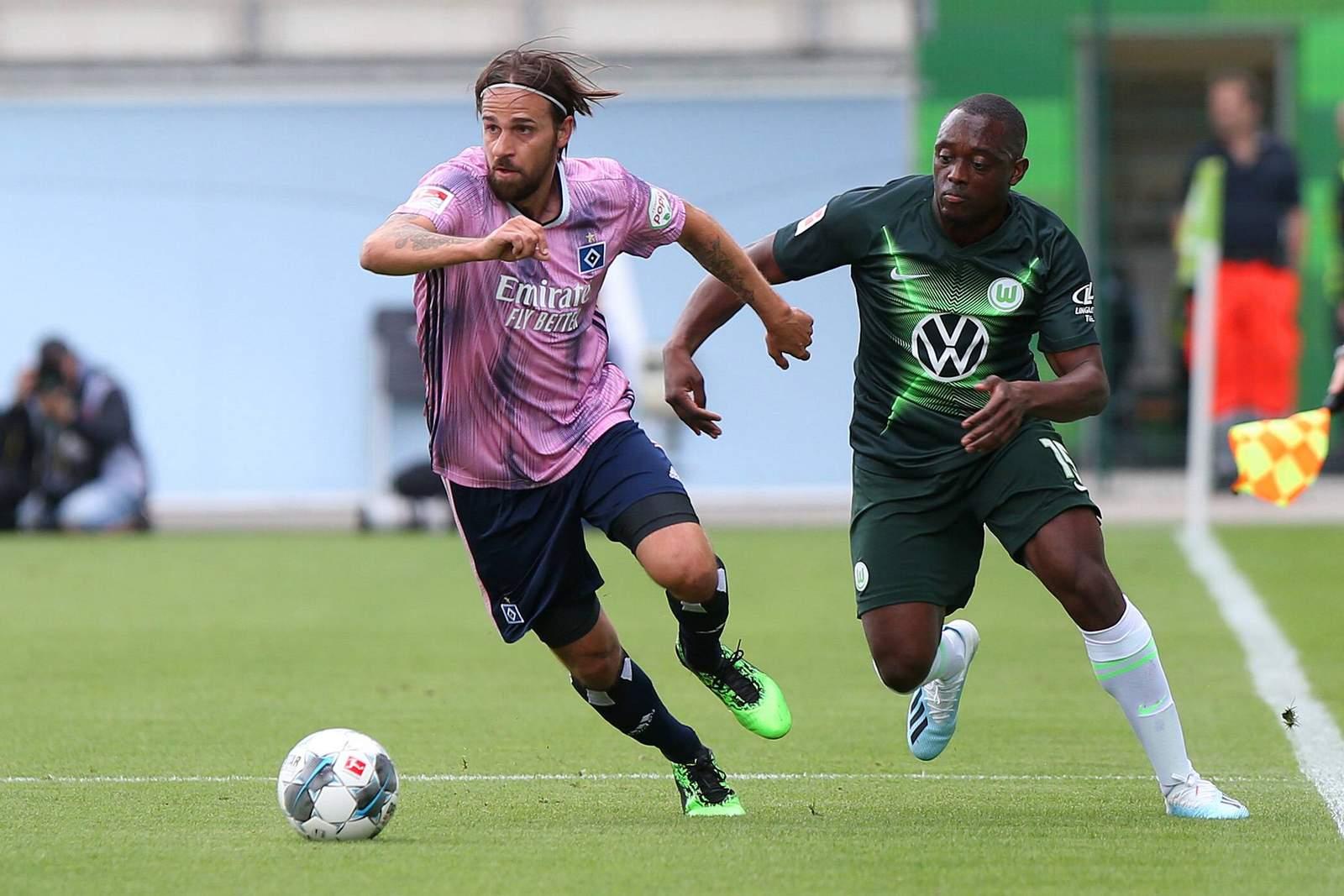 Martin Harnik (l.) gegen Wolfsburgs Jerome Roussillon.