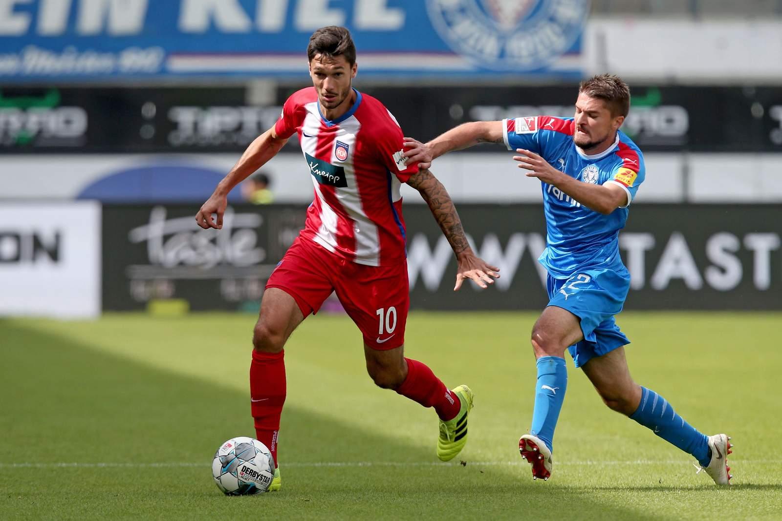 Tim Kleindienst (l.) gegen Kiels Aleksandar Ignjovski.