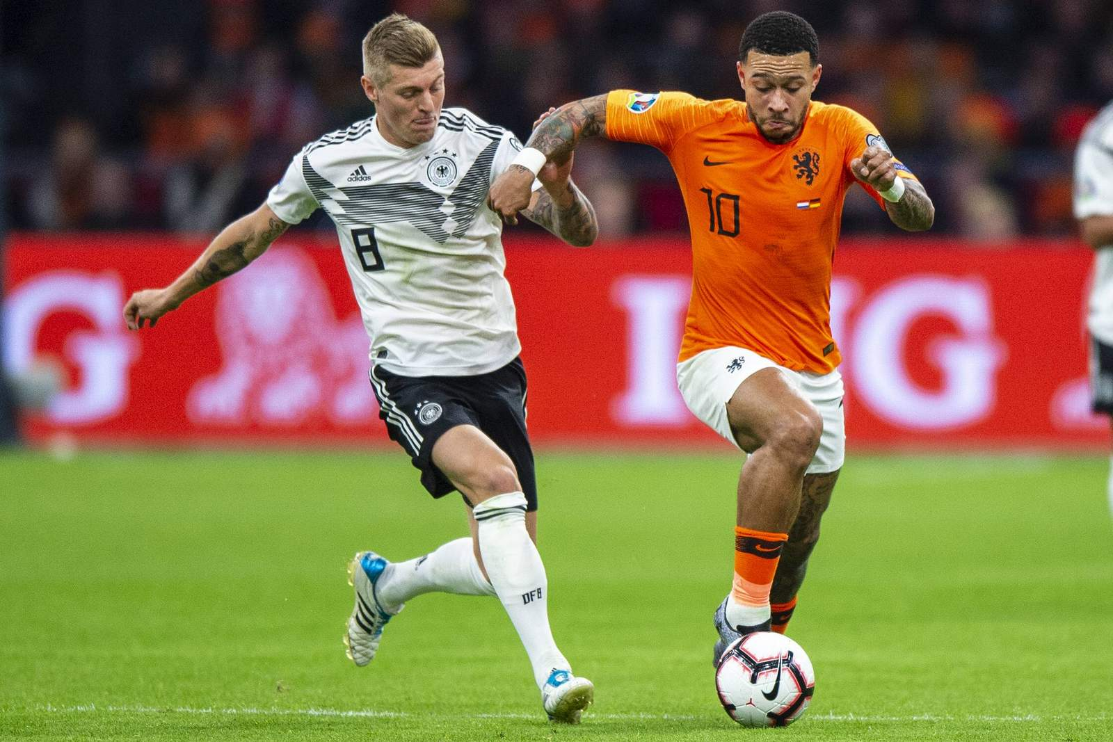 Deutschlands Toni Kroos (l.) gegen den Niederländer Memphis Depay.