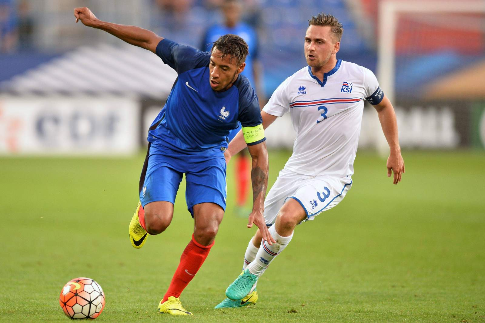 Frankreichs Corentin Tolisso gegen Islands Oliver Sigujonsson
