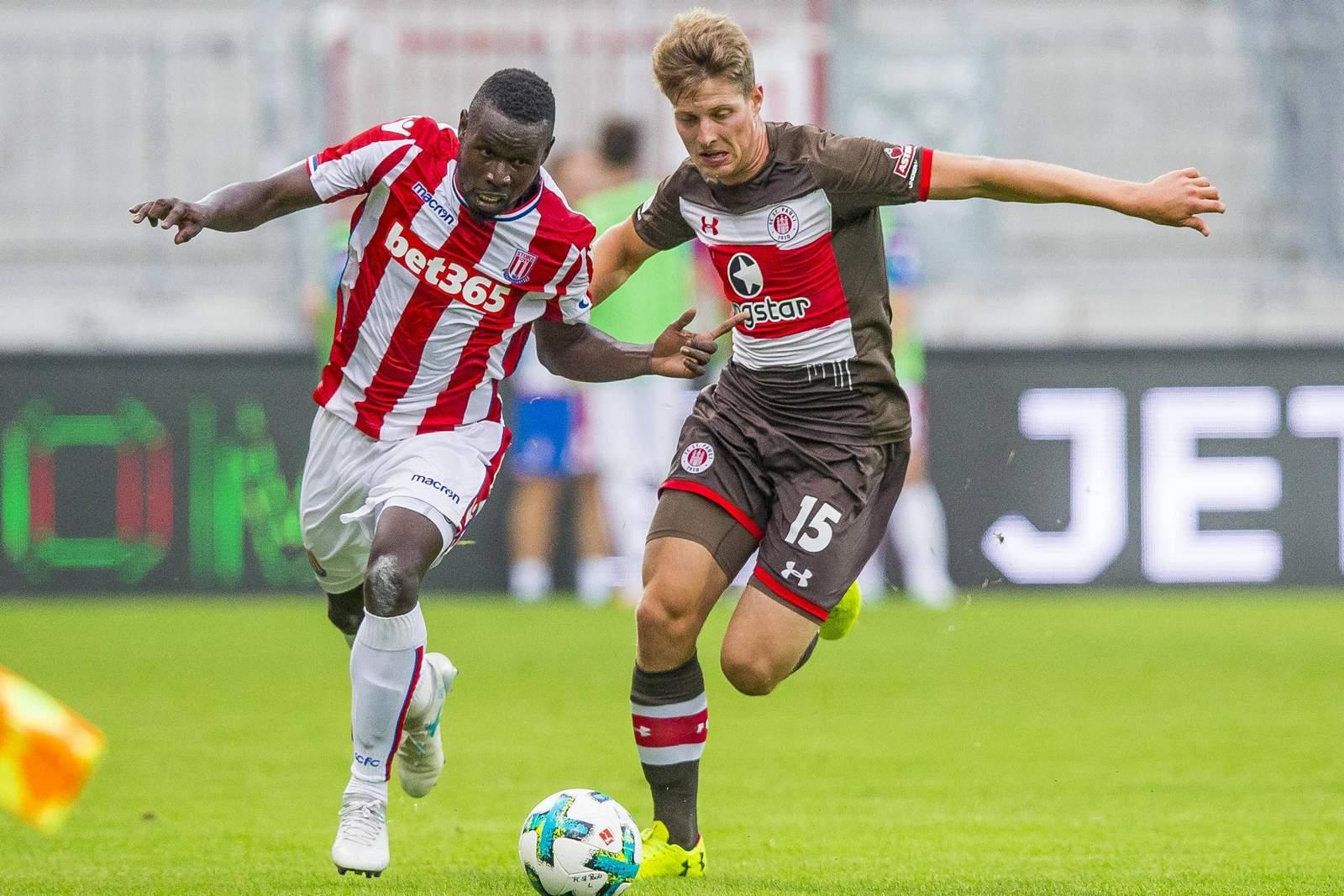 Mame Diouf von Stoke City gegen Daniel Buballa vom FC St. pauli