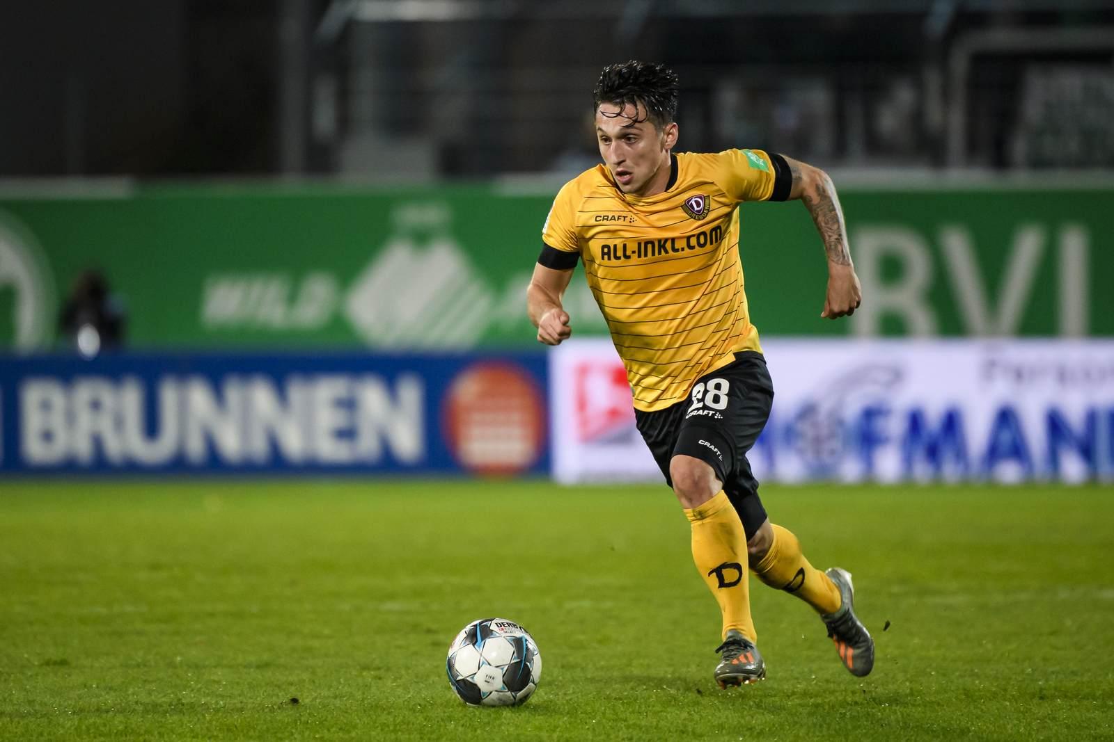 Baris Atik am Ball für Dynamo Dresden