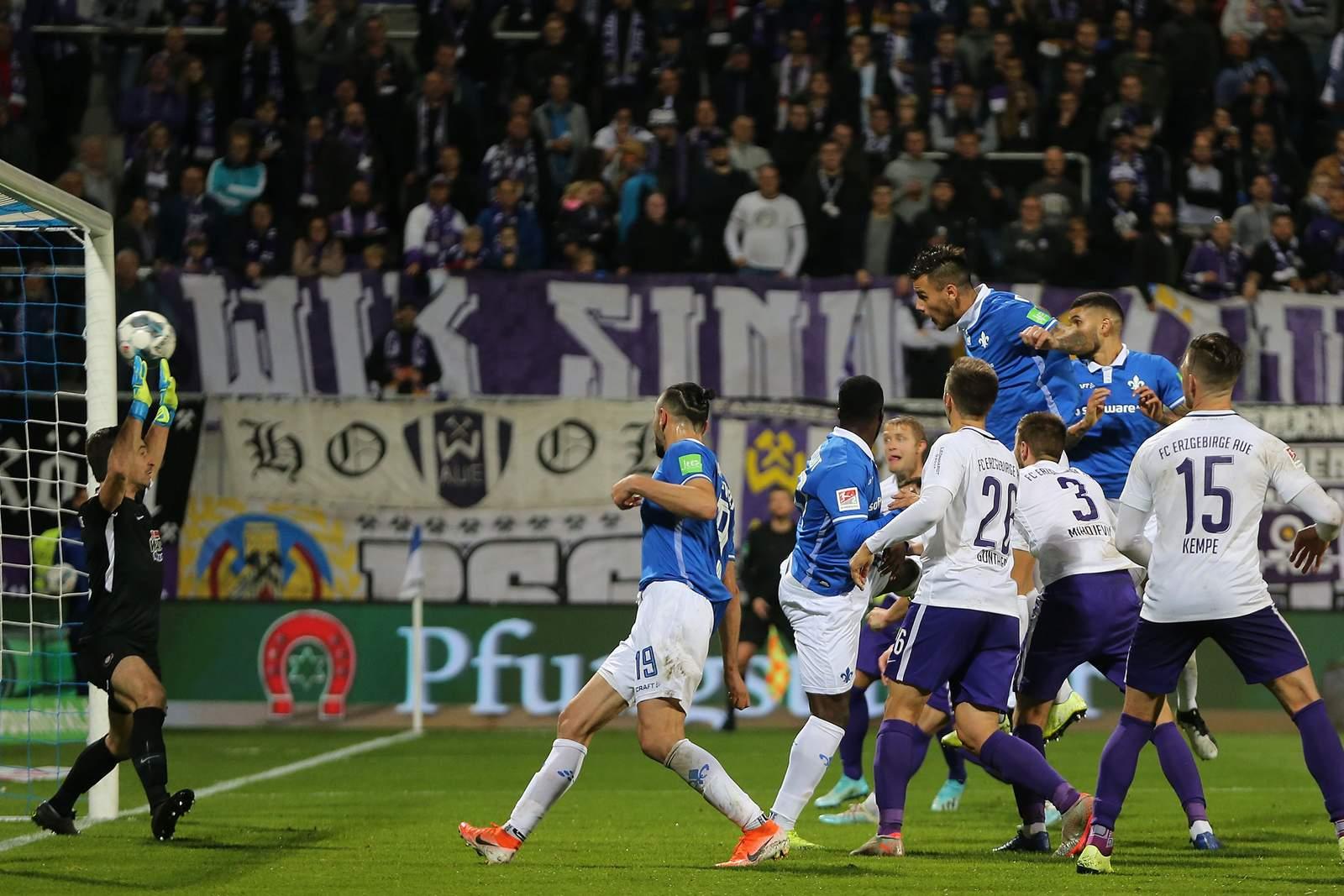 Dario Dumic erzielt im Spiel Darmstadt gegen Aue ein Kopfballtor