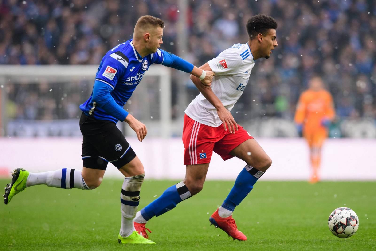 Bielefelds Florian Hartherz (l.) gegen Hamburgs Josha Vagnoman.