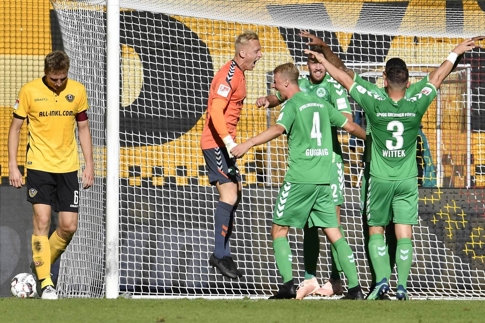 Marco Hartmann schleicht vom Platz, Fürth jubelt