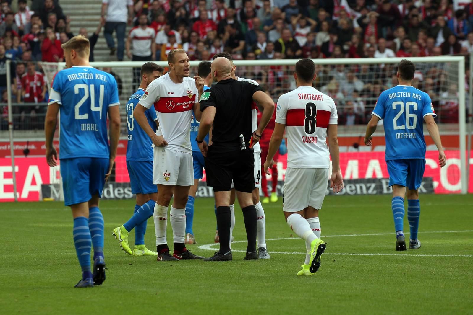 Benedikt Kempkes zeigt Holger Badstuber die rote Karte