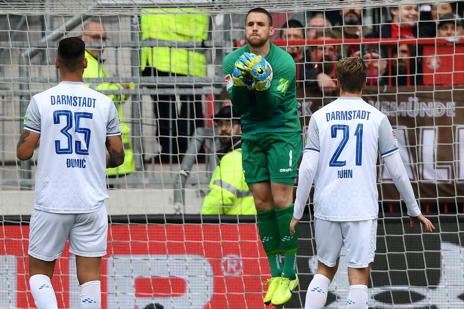 Marcel Schuhen packt gegen St. Pauli zu.