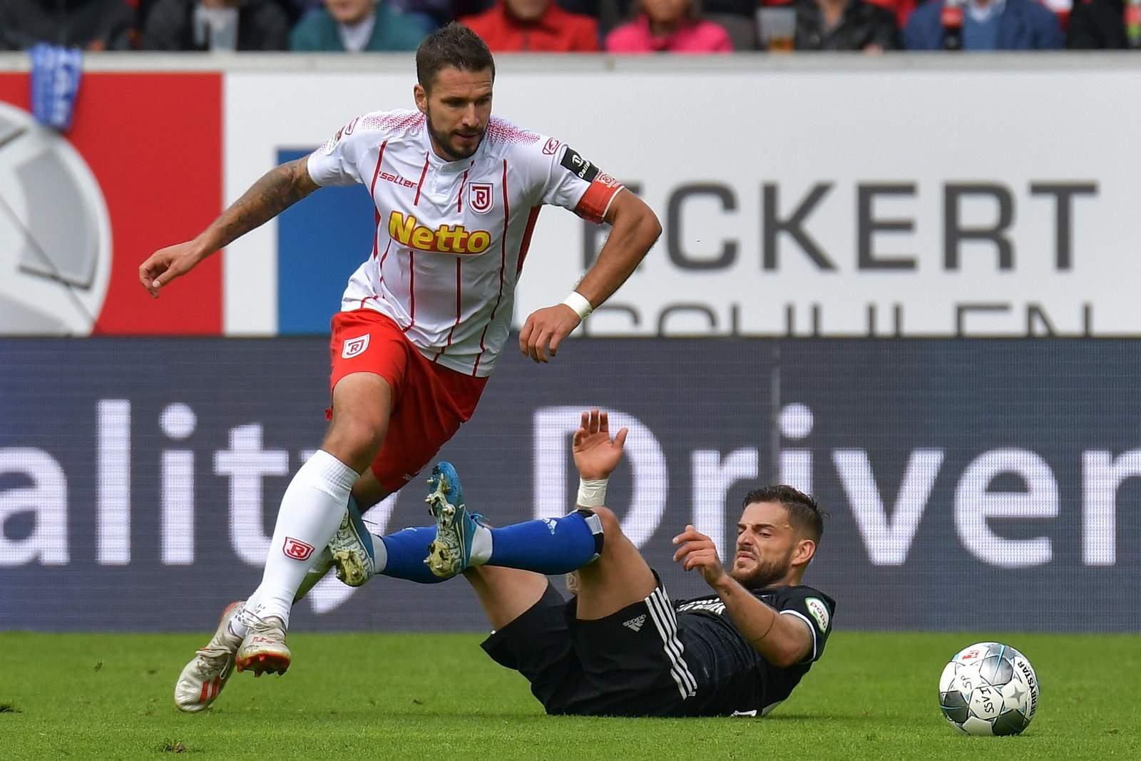 Marco Grüttner (l.) lässt Hamburgs Tim Leibold hinter sich.