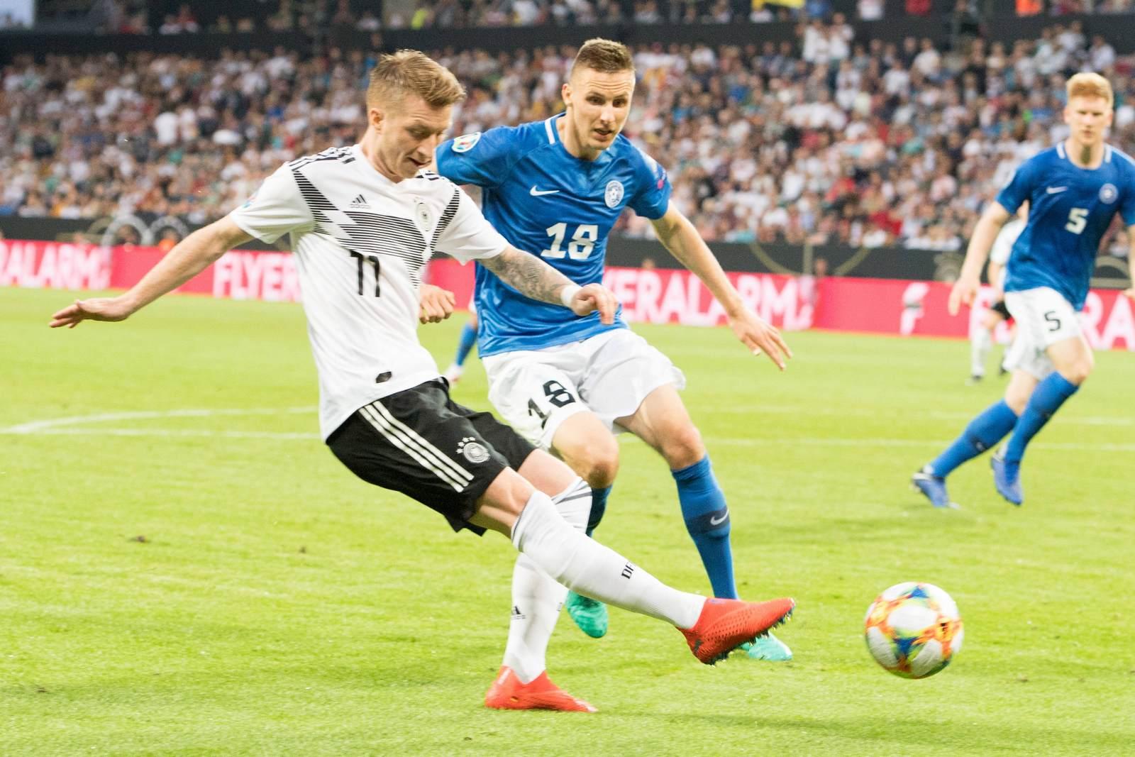 Marco Reus im Zweikampf. Jetzt auf Deutschland gegen Estland wetten?