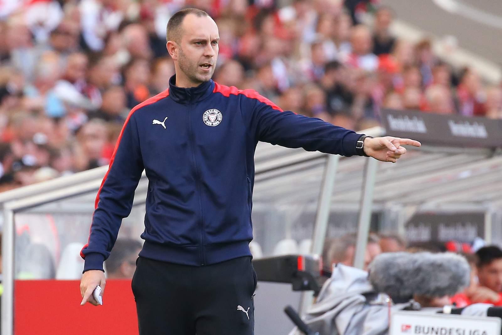 Ole Werner gibt beim Spiel von Holstein Kiel gegen den VfB Stuttgart Anweisungen