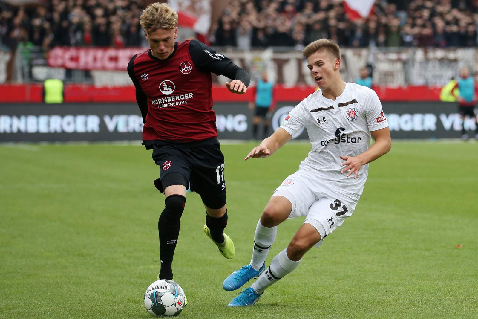 Robin Hack vom 1.FC Nürnberg gewinnt Zweikampf gegen Finn Ole Becker von St.Pauli