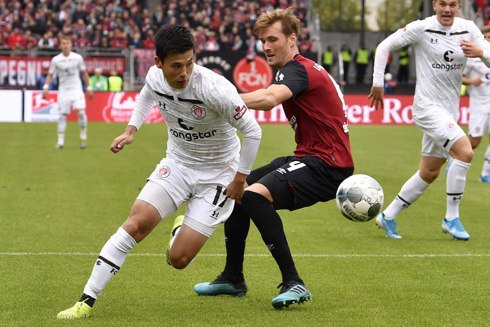 Ryo Miyaichui (l.) gegen Nürnbergs Asger Sörensen.