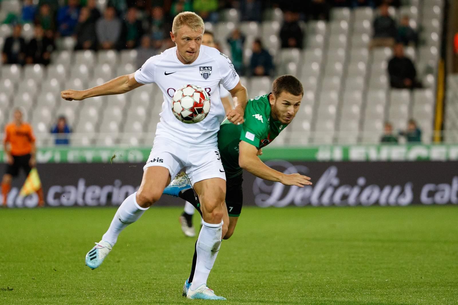 Andreas Beck von KAS Eupen gegen Kylian Hazard von Cercle Brügge