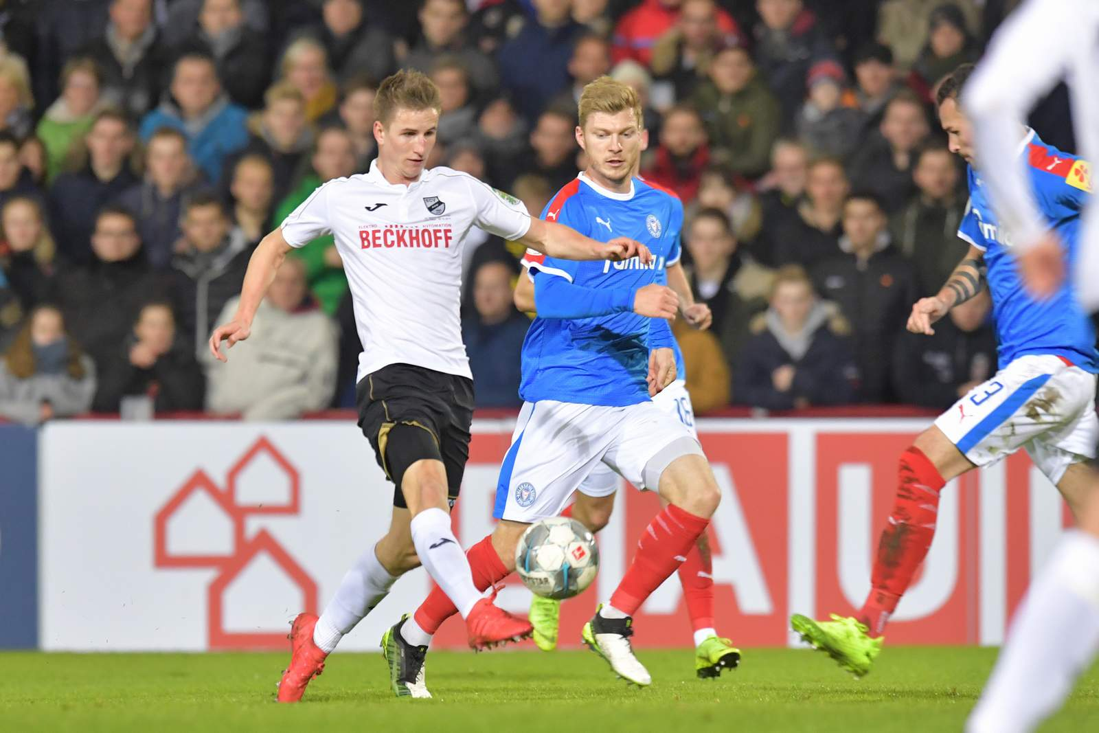 Jan Schöppner (l.) gegen Kiels Alexander Mühling.