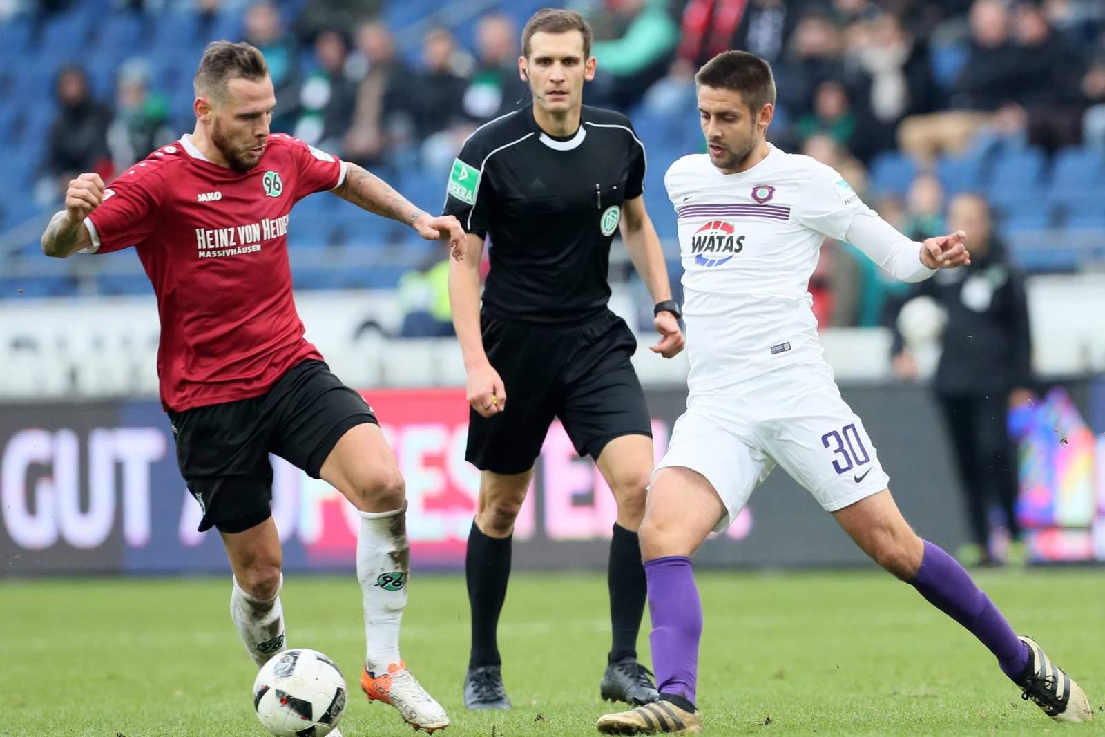 Marvin Bakalorz von Hannover 96 gegen Dimitrij Nazarov von Erzgebirge Aue