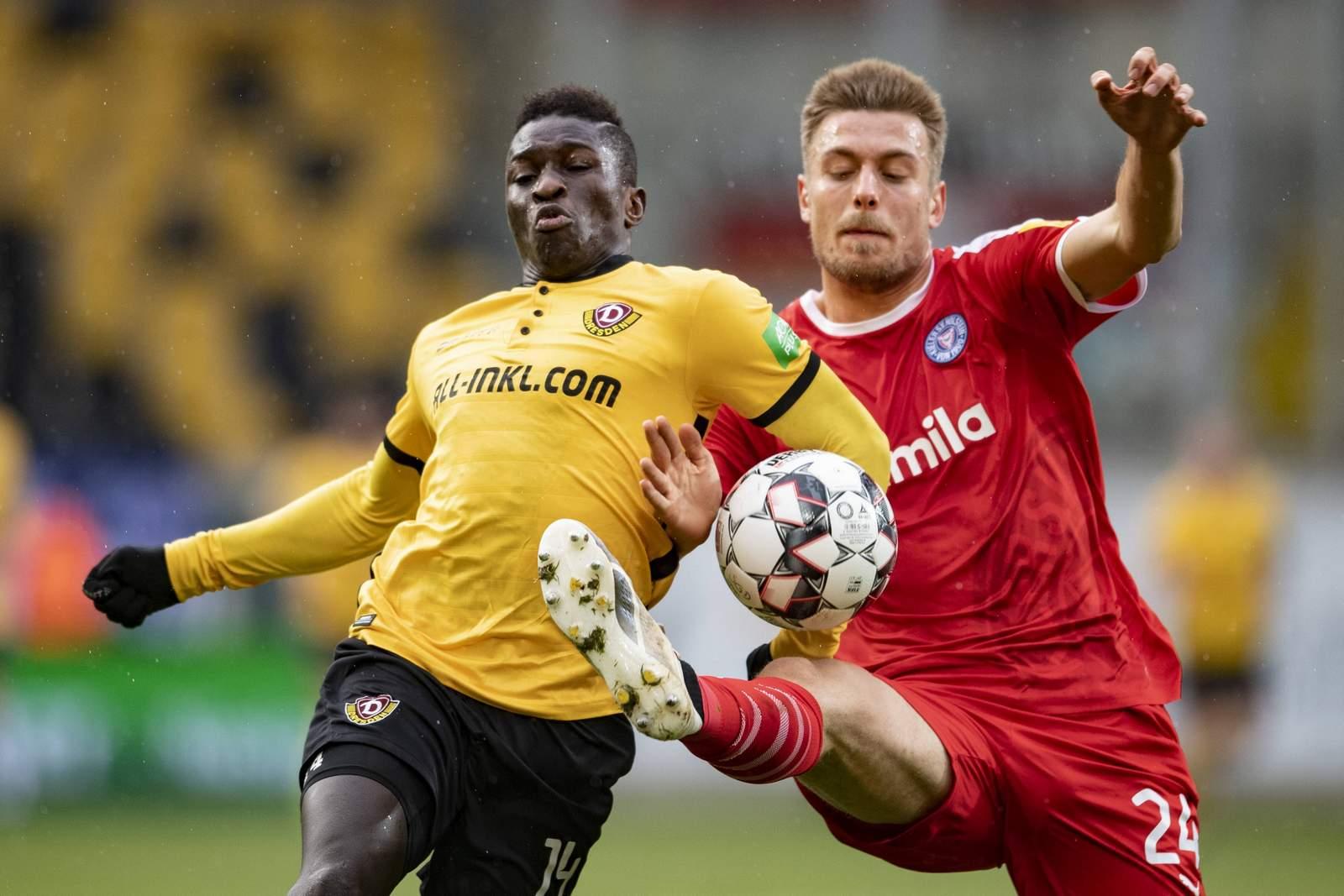 Moussa Koné von Dynamo gegen Hauke Wahl von Holstein Kiel