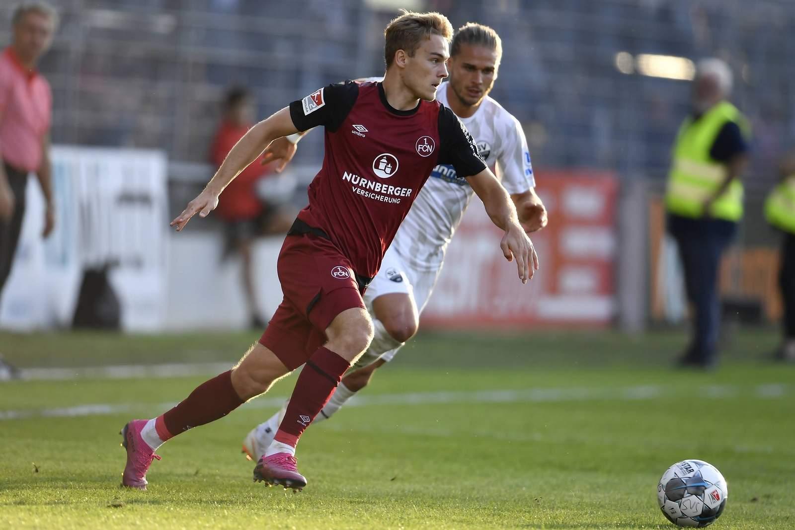 Tim Handwerker vom 1. FC Nürnberg im Duell mit Rurik Gislason von Sandhausen