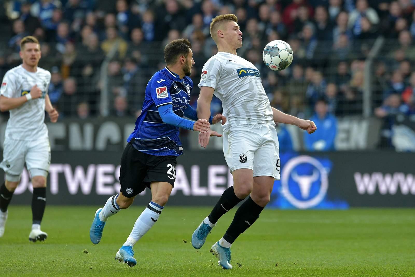 Aleksandr Zhirov (r.) gegen Bielefelds Jonathan Clauss.