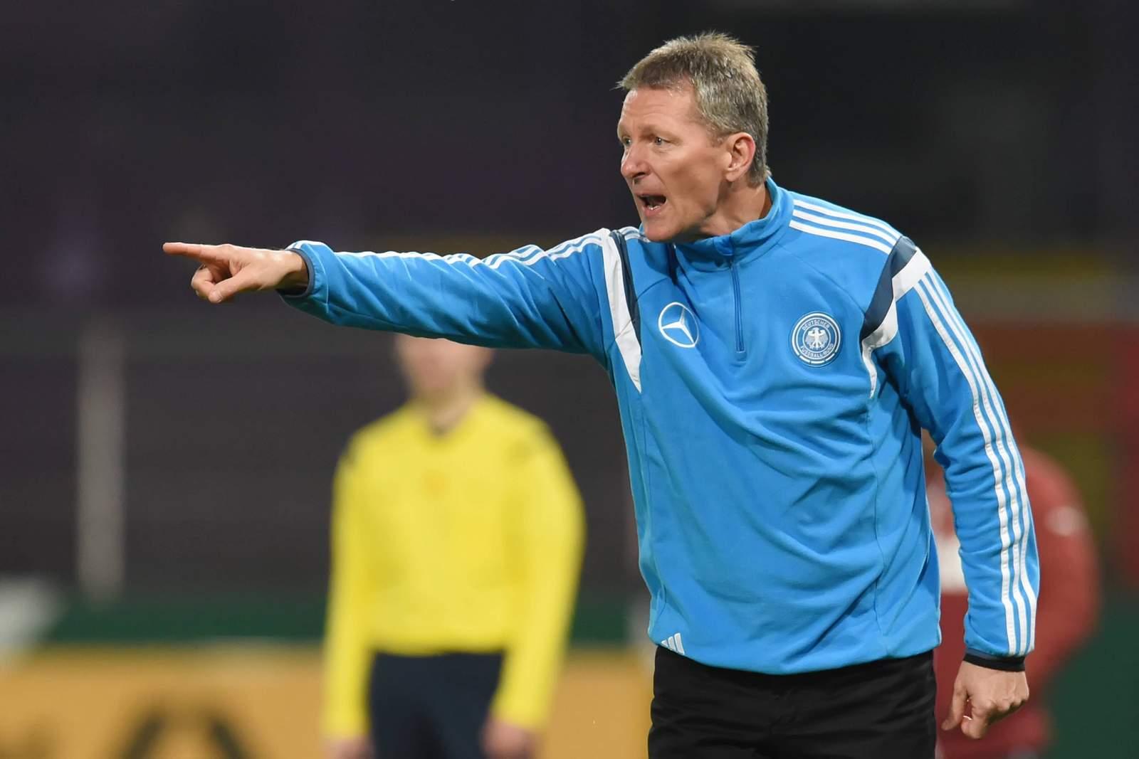 Frank Wormuth gibt der deutschen U20 Anweisungen.
