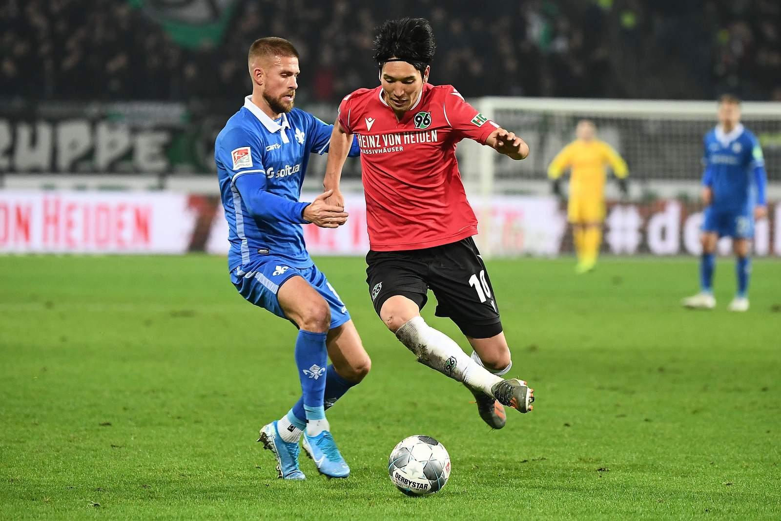 Genki Haraguchi (r.) gegen Darmstadts Tobias Kempe.