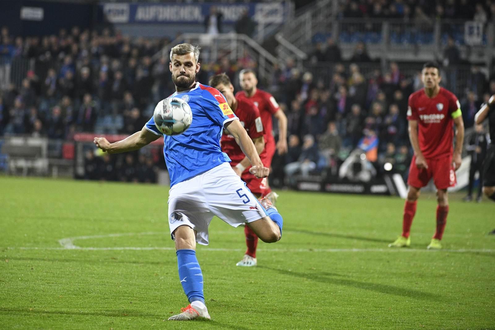 Stefan Thesker am Ball für Holstein Kiel