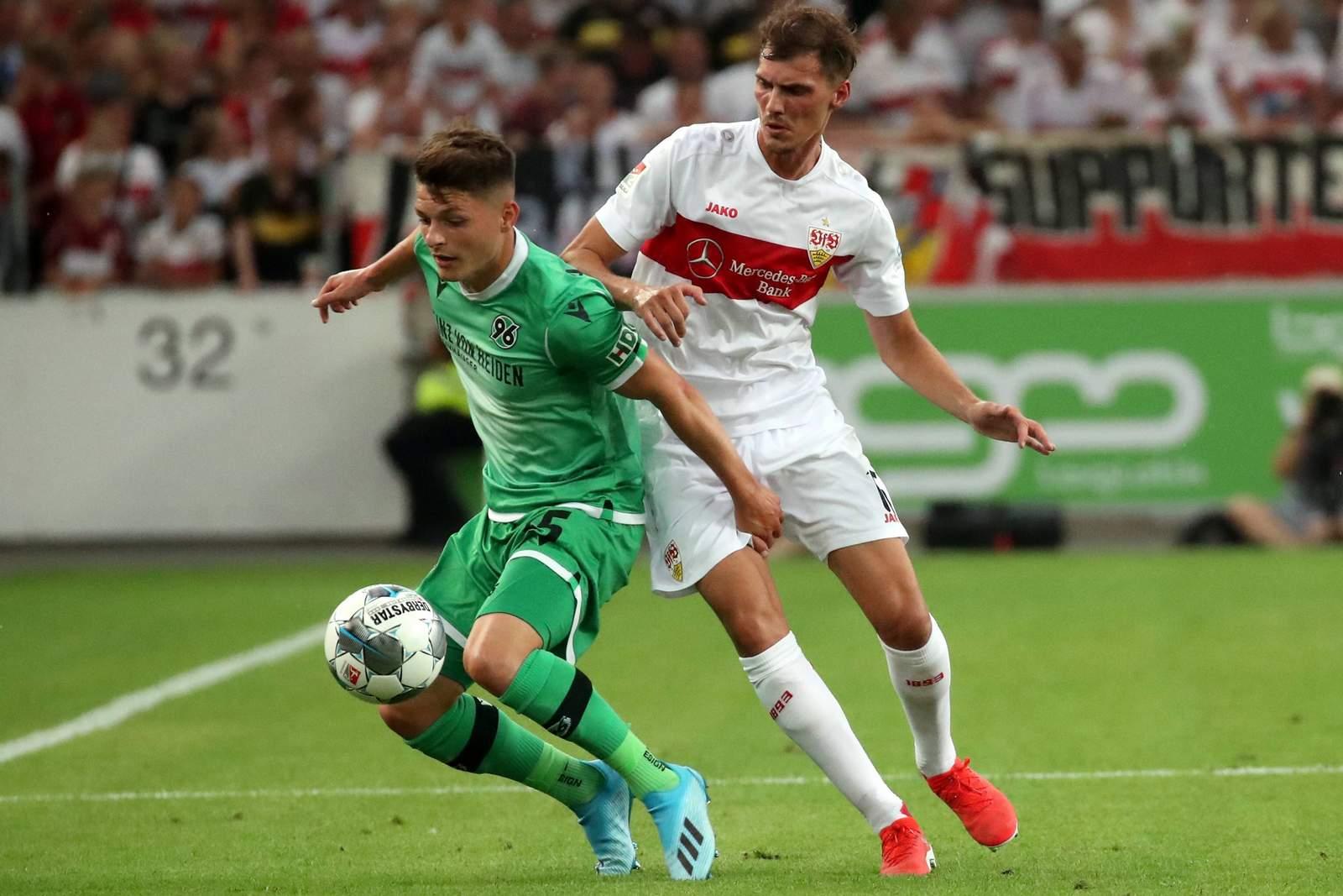 Florent Muslija von hannover 96 gegen Pascal Stenzel vom VfB Stuttgart