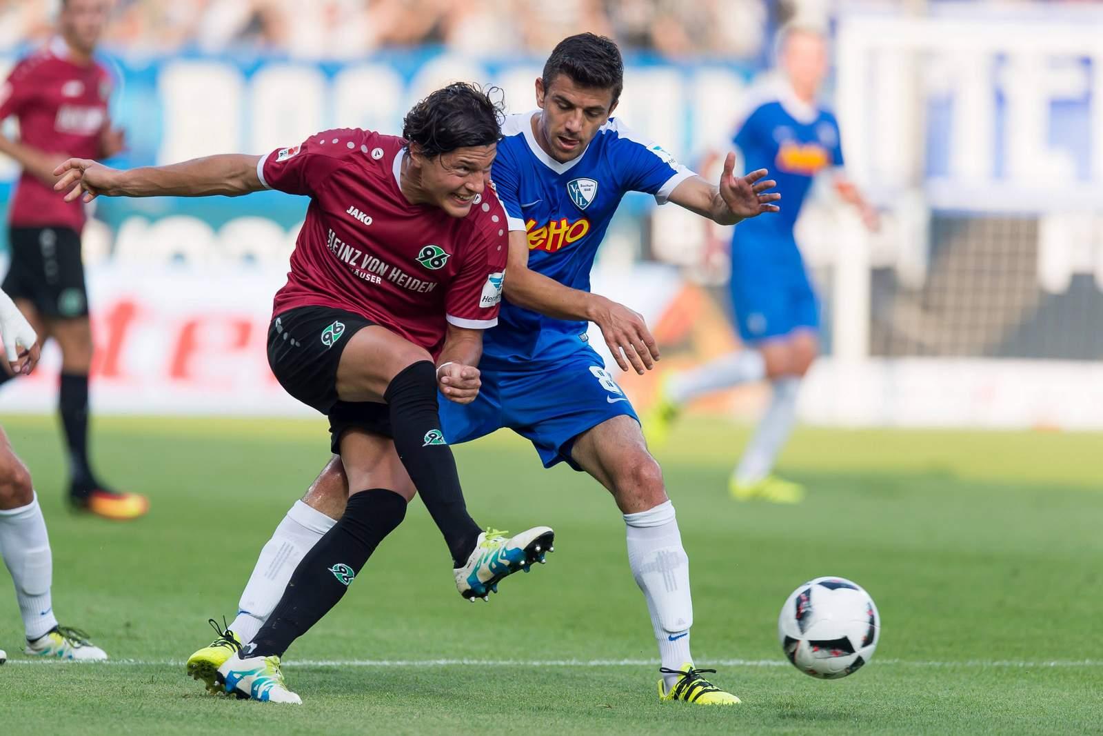 Anthony Losilla vom VfL Bochum gegen Miiko Albornoz von Hannover 96