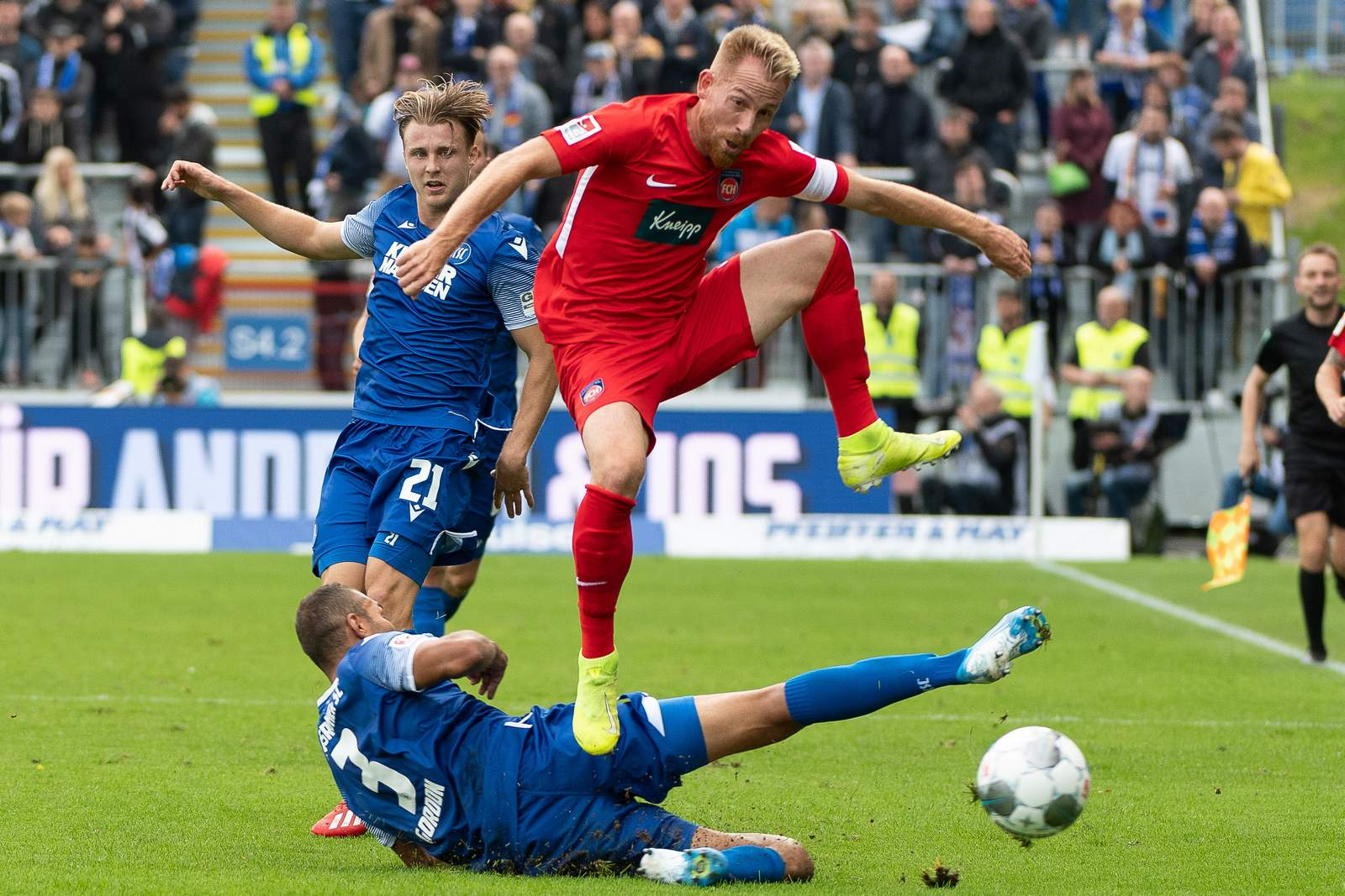 Marc Schnatterer überspringt Karlsruhes Daniel Gordon.