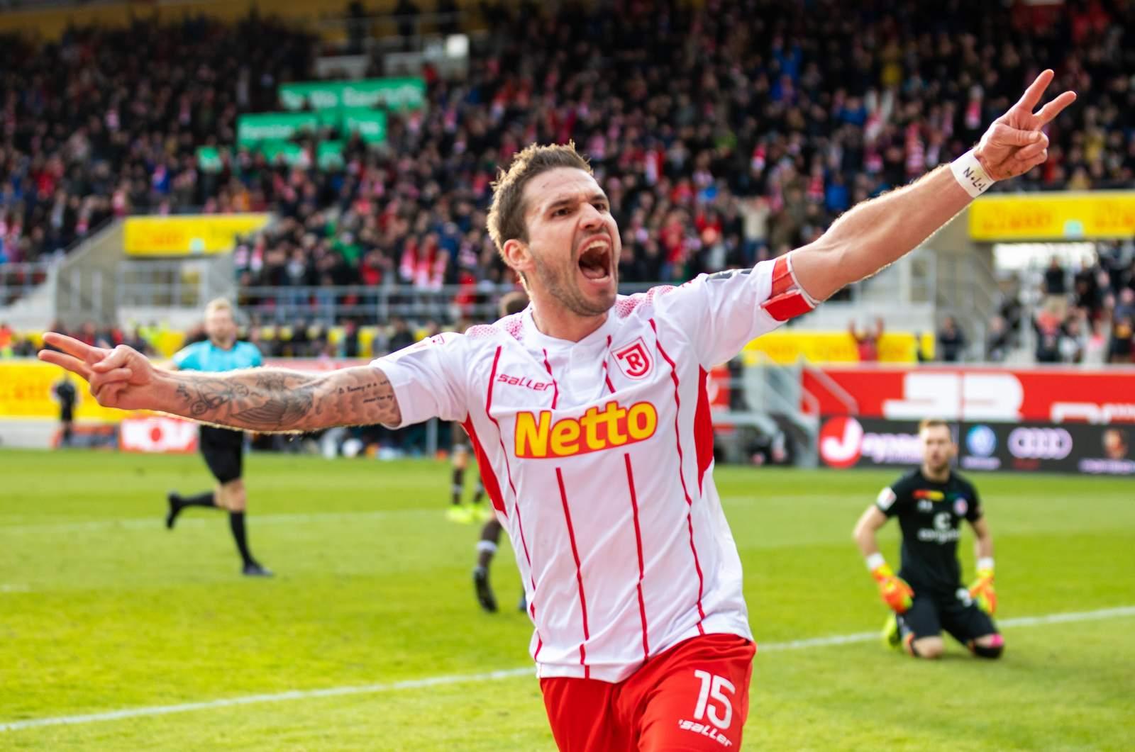 Marco Grüttner jubelt gegen St. Pauli.