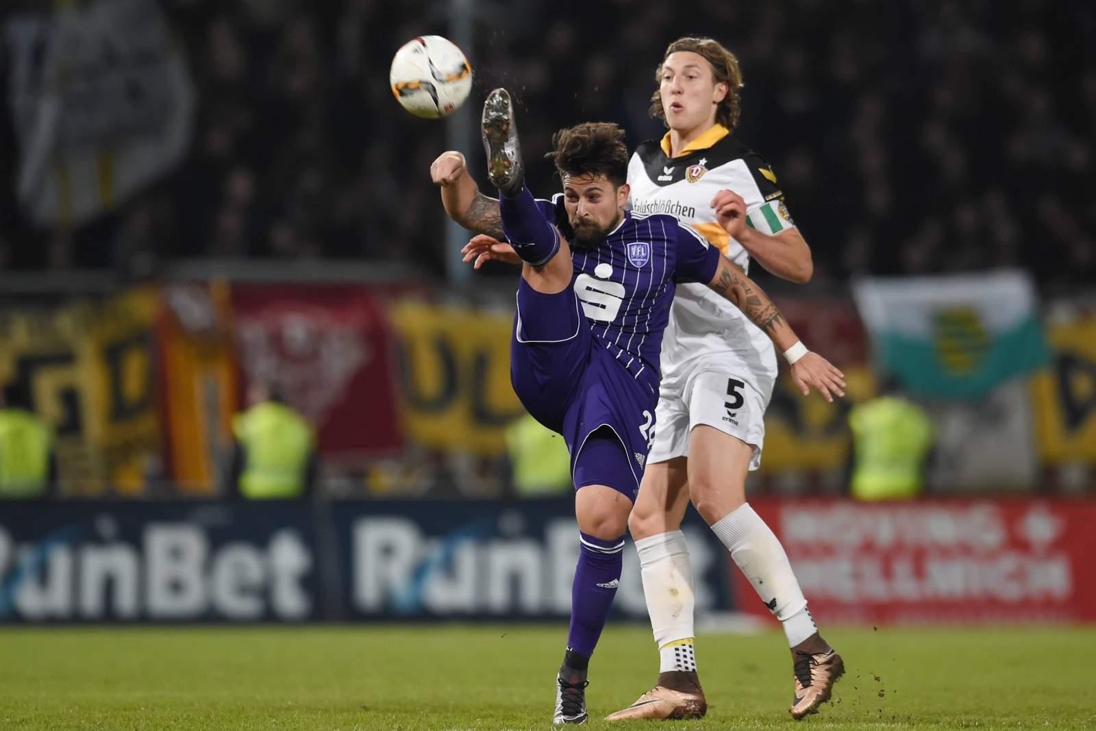 Osnabrücks Marcos Alvarez (v.) gegen Dynamos Michael Hefele.