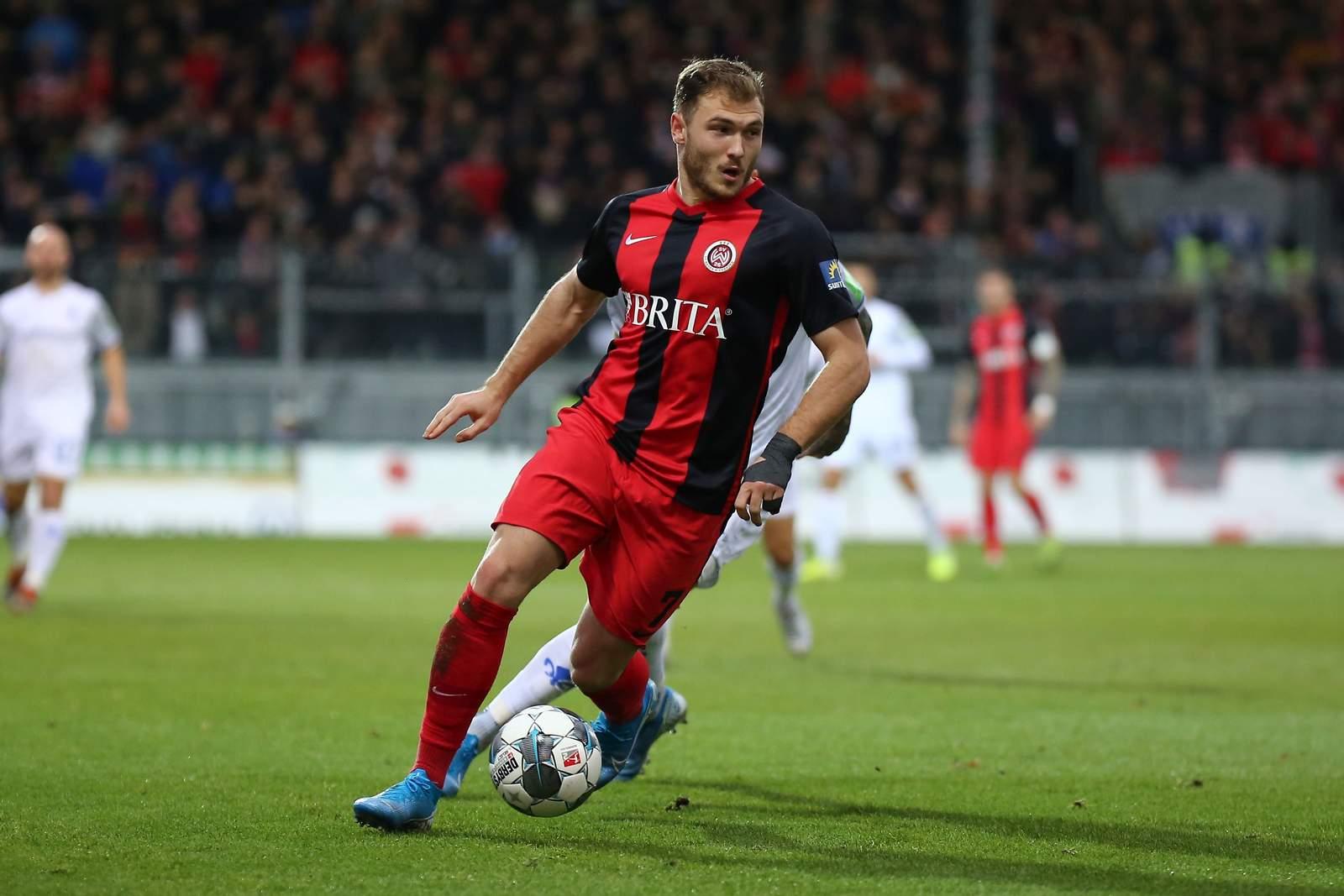 Maximilian Dittgen am Ball für den SV Wehen Wiesbaden