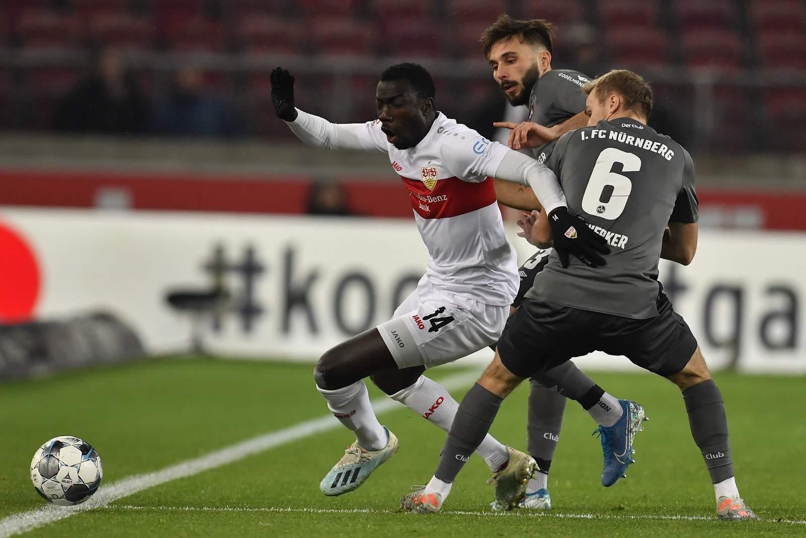 Silas Wamangituka (m.) gegen Nürnbergs Tim Handwerker und Fabian Schleusener.