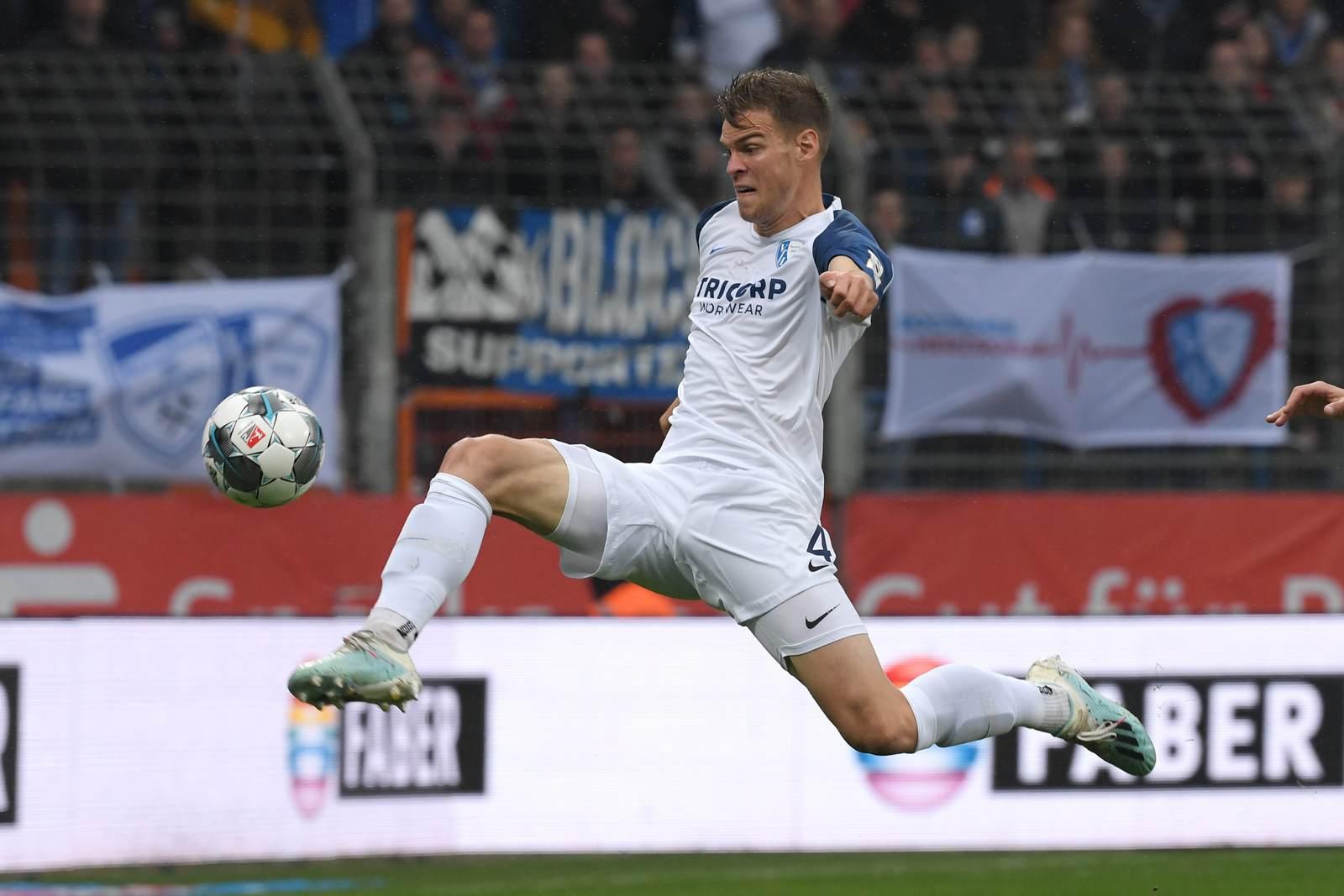 Simon Lorenz am Ball für den VfL Bochum