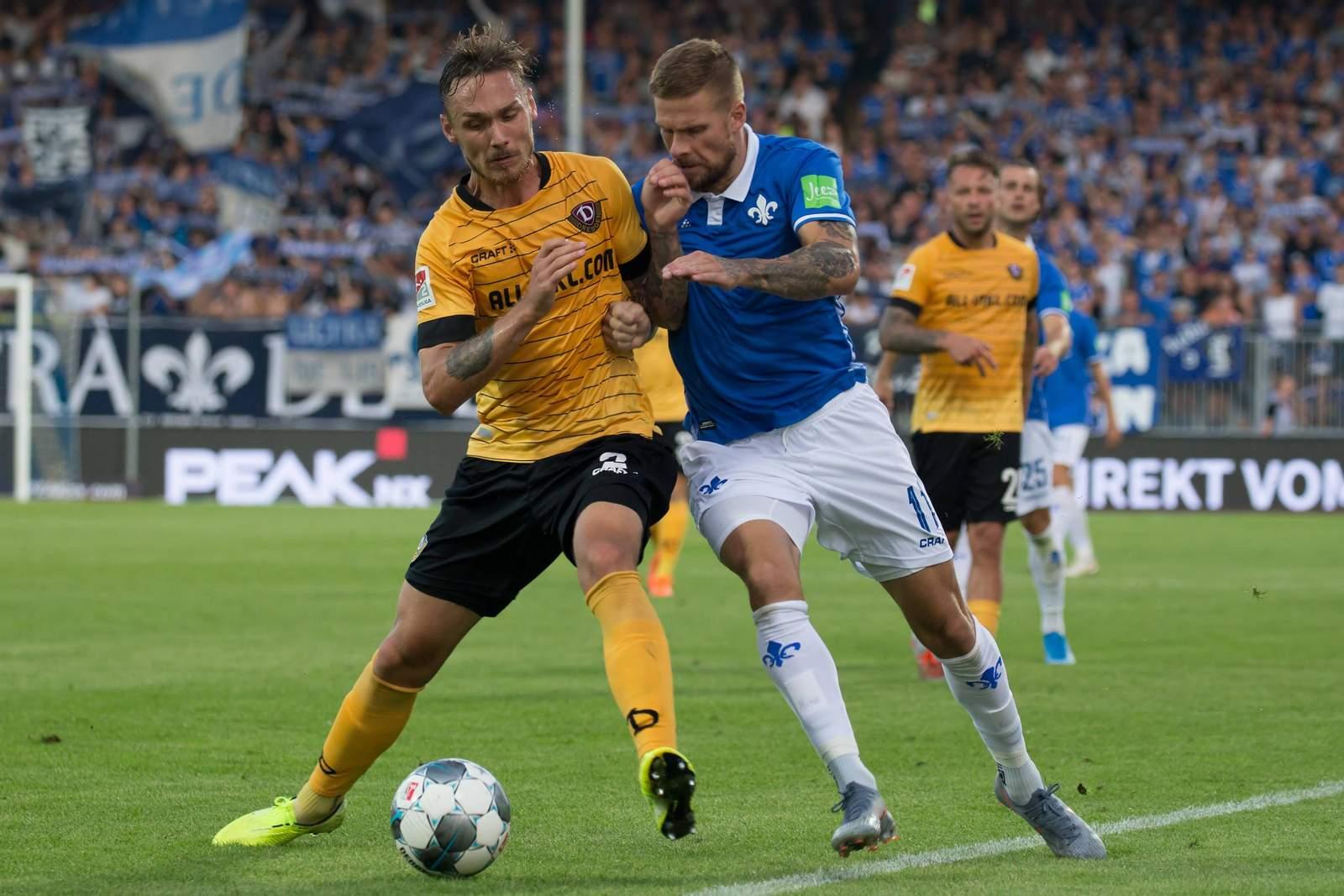 Linus Wahlquist von Dynamo Dresden gegen Tobias Kempe von Darmstadt