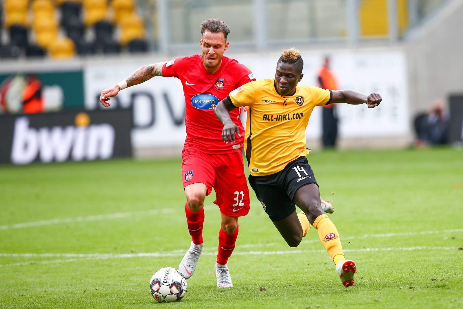 Patrick Schmidt (l.) gegen Moussa Kone