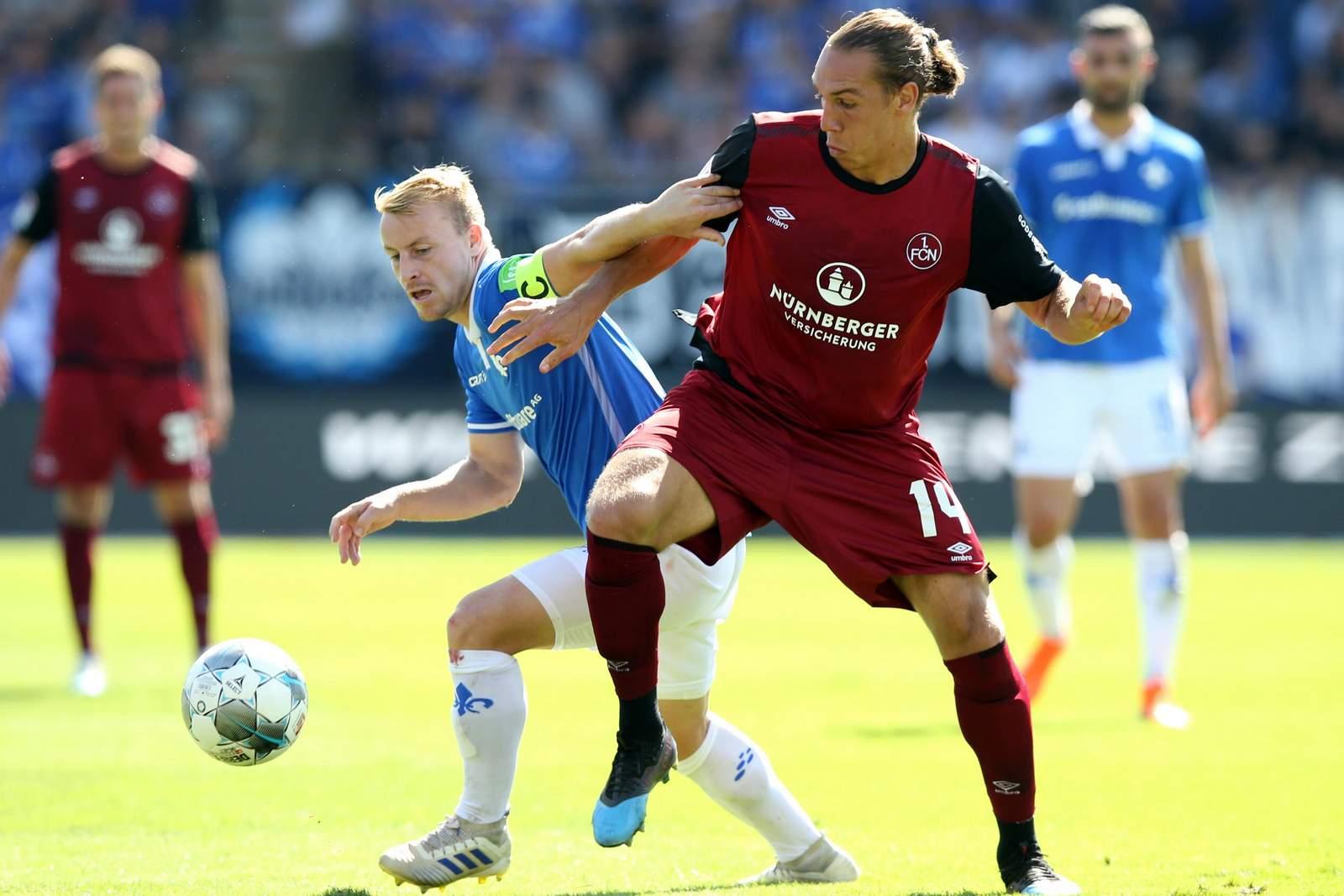 Michael Frey vom 1. FC Nürnberg gegen Fabian Holland von Darmstadt 98