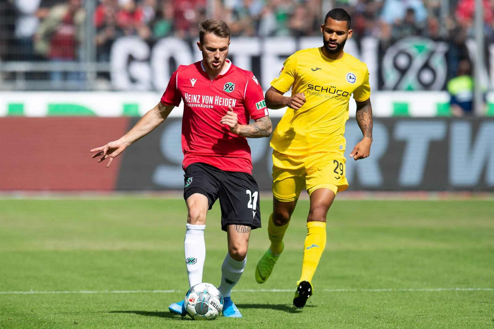 Jannes Horn von Hannover 96 gegen Cebio Soukou von Arminia Bielefeld